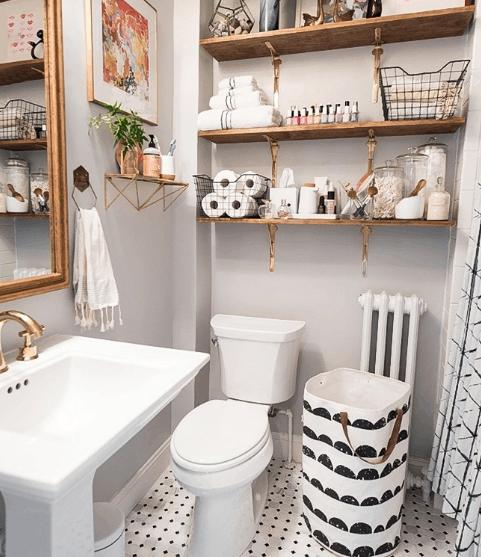 hình ảnh góc phòng tắm nhỏ nổi bật với hệ kệ gỗ gắn tường