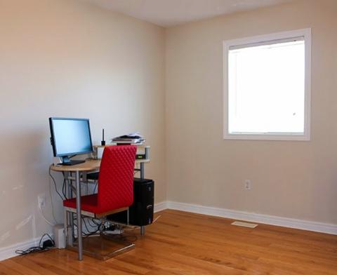 hình ảnh phòng làm việc hầu như trống trơn ngoại trừ bàn đặt máy tính ở góc