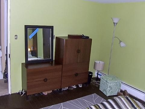 hình ảnh góc phòng ngủ với tủ lưu trữ màu tối
