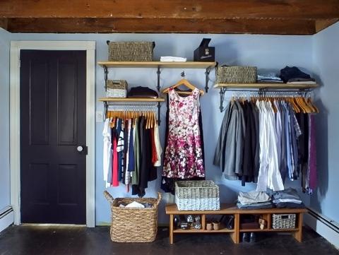 hình ảnh góc treo quần áo gọn gàng, đẹp mắt trong phòng ngủ nhỏ