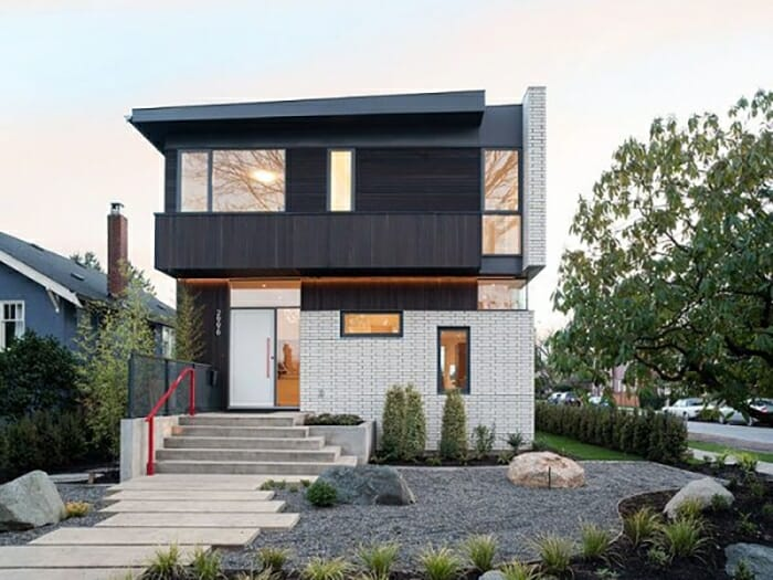 hình ảnh ngôi nhà 2 tầng nổi bật với tường ốp gạch giả đá hoa văn lạ mắt