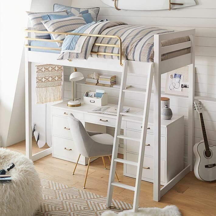 hình ảnh cận cảnh mẫu giường gác xép màu trắng với lan can bằng đồng sáng bóng, phía dưới đặt bàn học