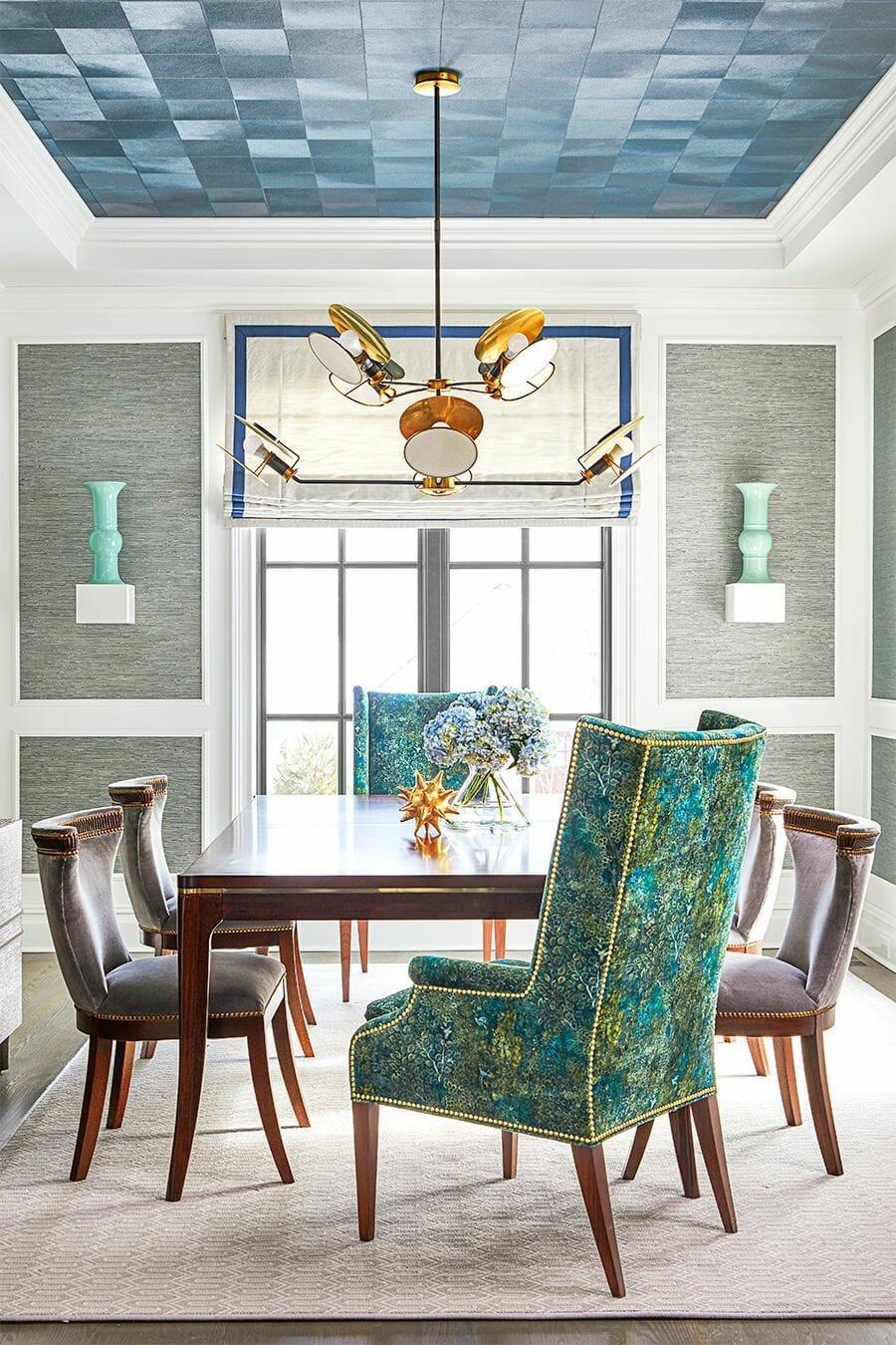 hình ảnh phòng ăn sang trọng nổi bật với ghế tựa màu ngọc lam, kệ nổi đặt bình hoa, đèn thả trần đẹp