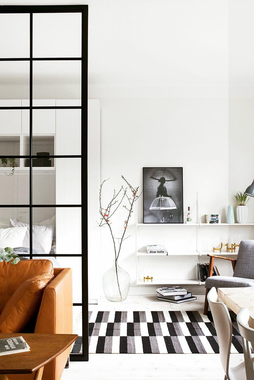 hình ảnh kệ nổi gắn tường màu trắng trong căn hộ nhỏ