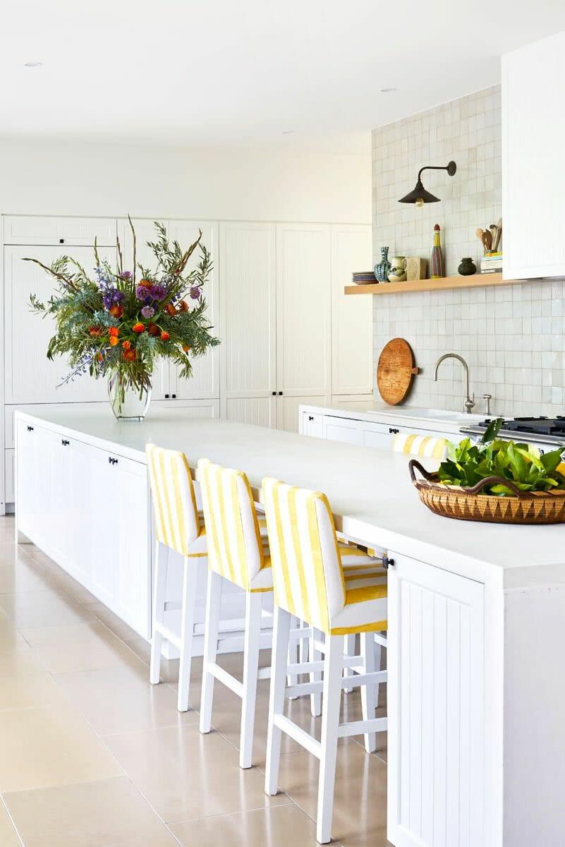 hình ảnh kệ gỗ đơn nổi bật trong phòng bếp màu trắng chủ đạo