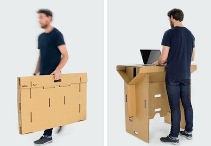 hình ảnh người đàn ông đang sử dụng bàn làm việc di động làm bằng bìa cứng