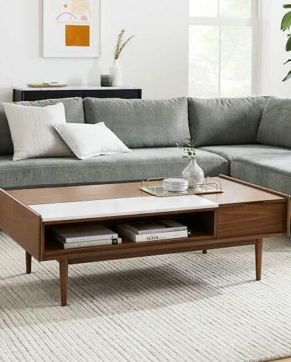 hình ảnh cận cảnh bàn cà phê bằng gỗ tích hợp hộc lưu trữ bên dưới