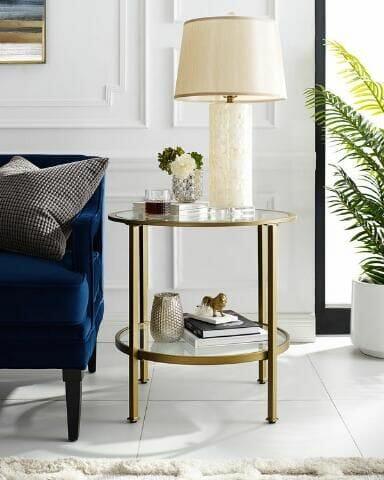 hình ảnh bàn phụ tròn có kệ lưu trữ bên dưới đặt cạnh ghế sofa