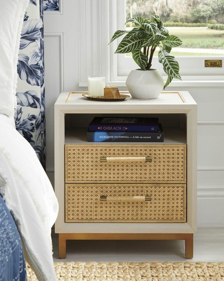 hình ảnh cận cảnh mẫu bàn đầu giường có 2 ngăn kéo