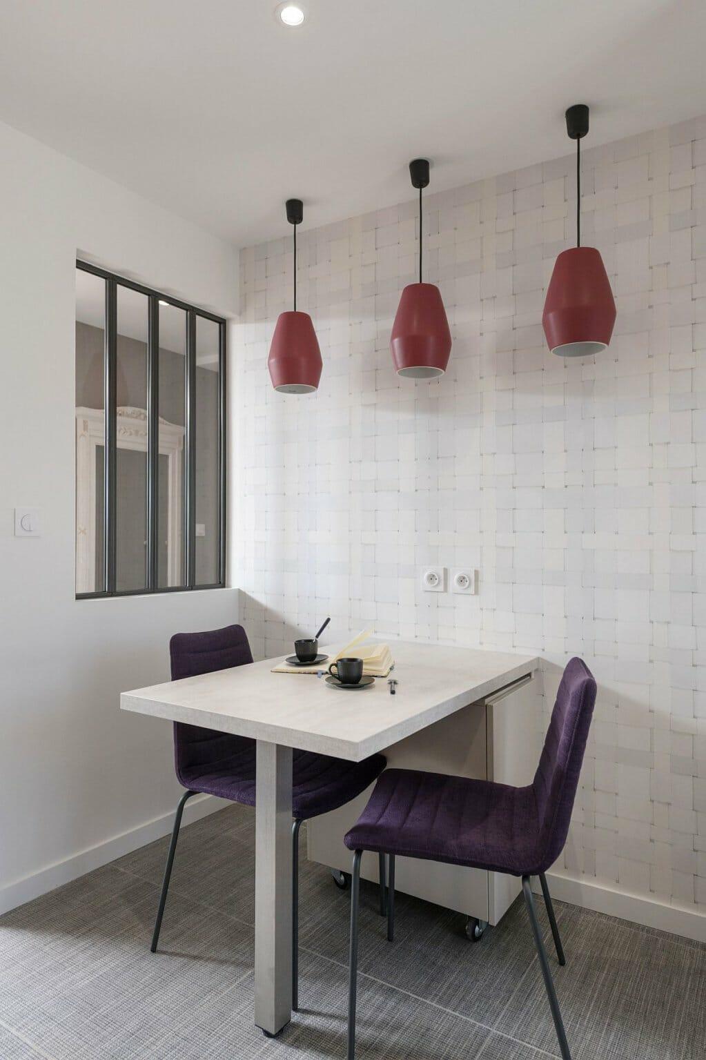 hình ảnh bộ bàn ăn nhỏ dành cho hai người, đèn thả màu đỏ nổi bật