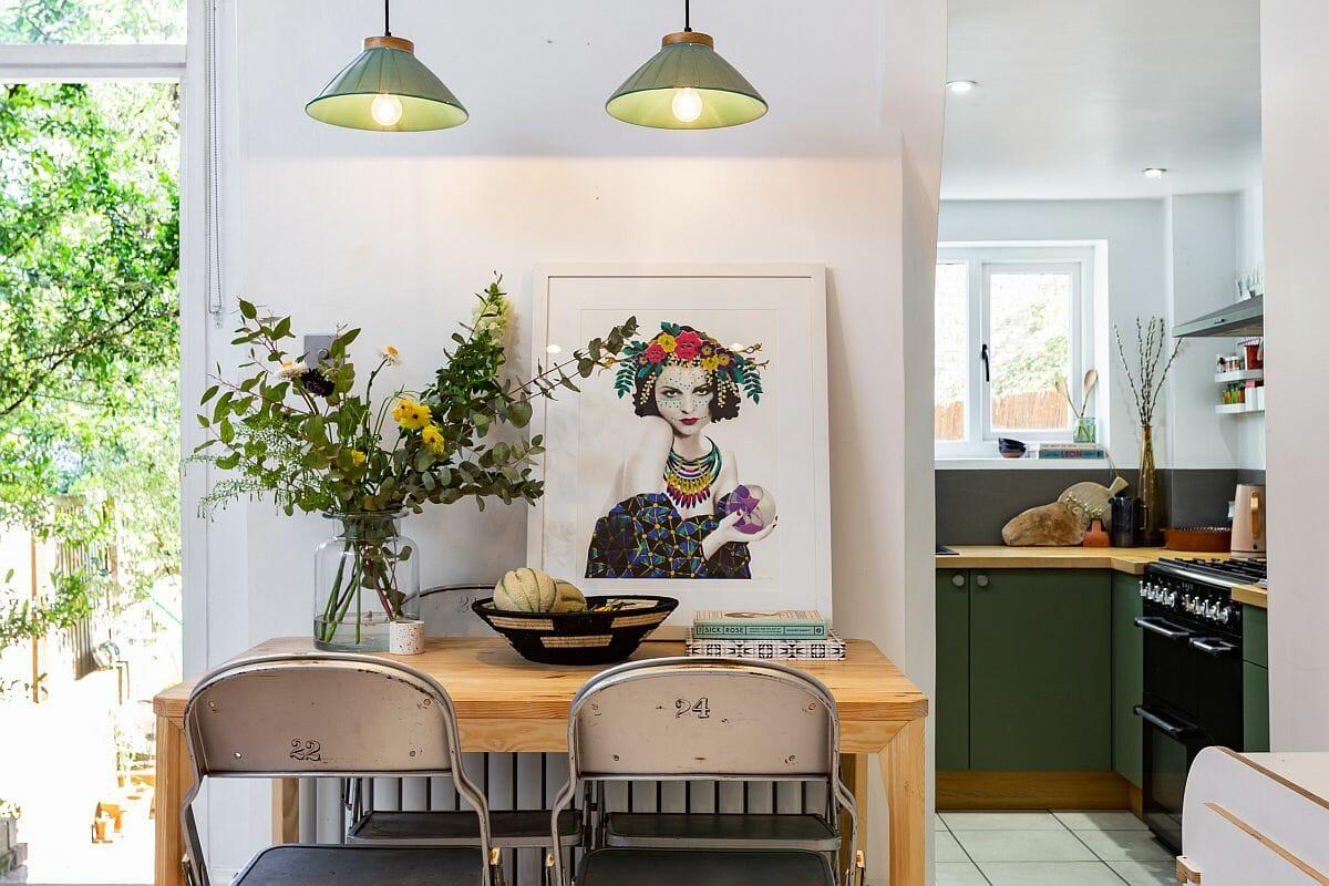 hình ảnh phòng ăn nhỏ xinh với chụp đèn màu xanh kết nối với phòng bếp