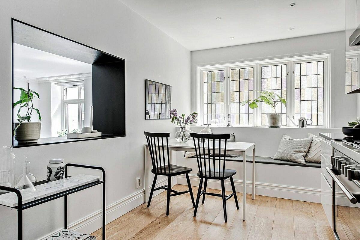 hình ảnh phòng ăn nhỏ với băng ghế dài sát tường, ghế màu đen nổi bật
