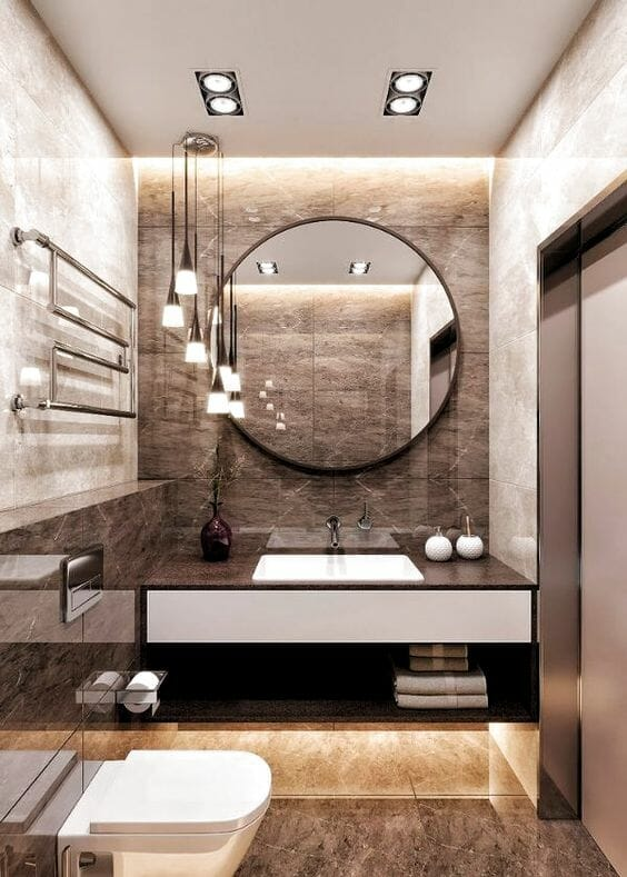 hình ảnh phòng tắm với gạch ốp lát giả đá màu nâu, gương tròn, đèn kiểu dáng đẹp