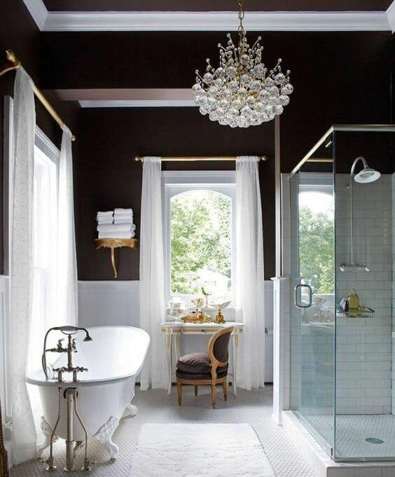 hình ảnh phòng tắm quyến rũ với những bức tường màu nâu chocolate, đèn chùm pha lê sang trọng và đồ nội thất phong cách cổ điển.