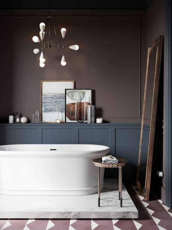 hình ảnh phòng tắm với tường sơn màu nâu, bồn tắm màu trắng, đèn chùm kiểu dáng hiện đại