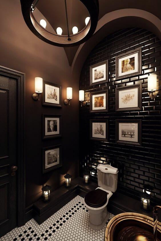 hình ảnh phòng tắm màu nâu đậm độc đáo, tranh chân dung treo tường