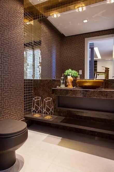 hình ảnh phòng tắm tông màu nâu thanh lịch với giấy dán tường họa tiết ma trận, bệ bồn rửa bằng đá cẩm thạch, bồn rửa mạ vàng sang trọng, bộ đôi đèn sàn kiểu dáng hiện đại