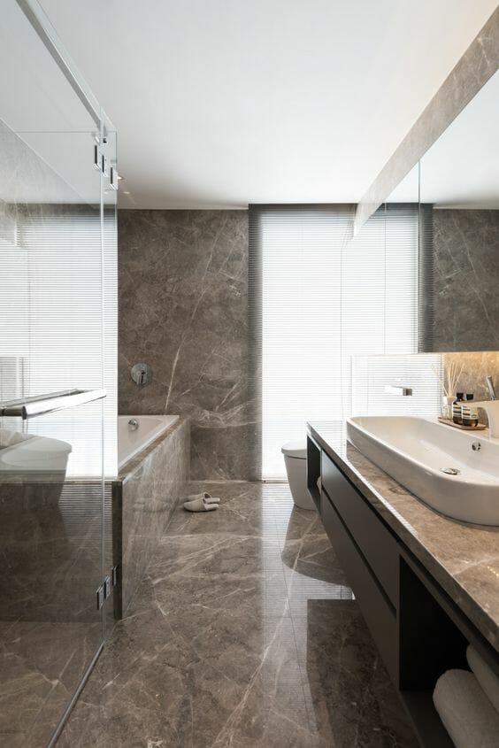 hình ảnh phòng tắm tối giản với đá cẩm thạch màu nâu, bồn tắm ốp đá cẩm thạch sang trọng và khung cửa cao rộng mang đến ánh sáng tự nhiên ngập tràn.