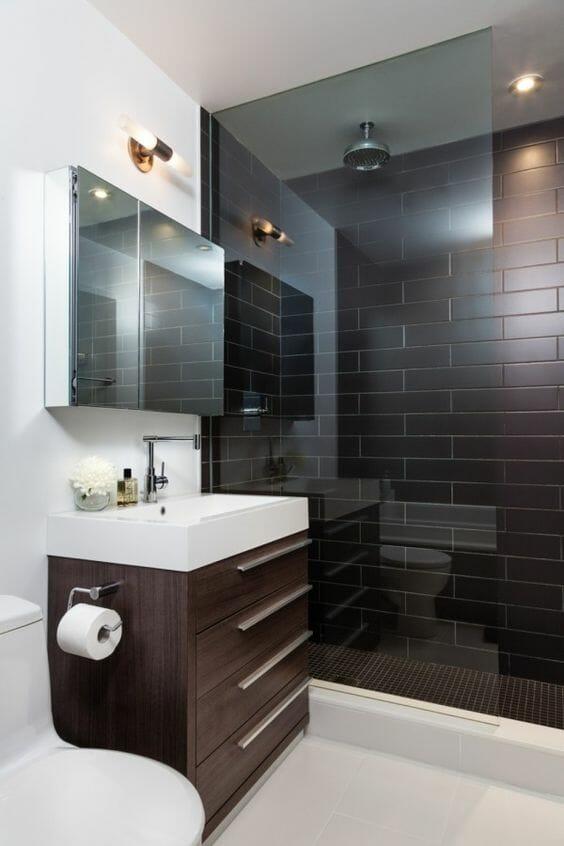 hình ảnh phòng tắm nhỏ nổi bật với gạch ốp lát màu nâu ở buồng tắm đứng, tủ ngăn kéo màu nâu, gương gắn tường