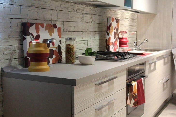 hình ảnh một góc phòng bếp màu xám trắng với tường chắn ốp gạch xám, nhiều khe rãnh