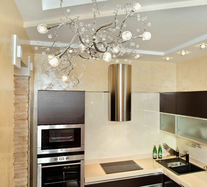 hình ảnh góc phòng bếp với đèn chùm pha lê kiểu dáng tinh tế