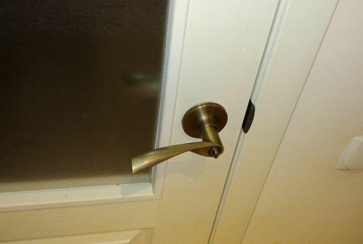 hình ảnh cận cảnh tay nắm cửa có cạnh sắc nhọn