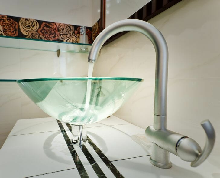 hình ảnh cận cảnh chậu rửa bằng thủy tinh trong phòng bếp