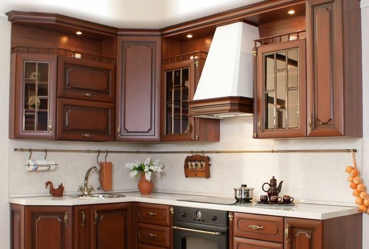 hình ảnh góc phòng bếp với hệ tủ gỗ tự nhiên ấm áp