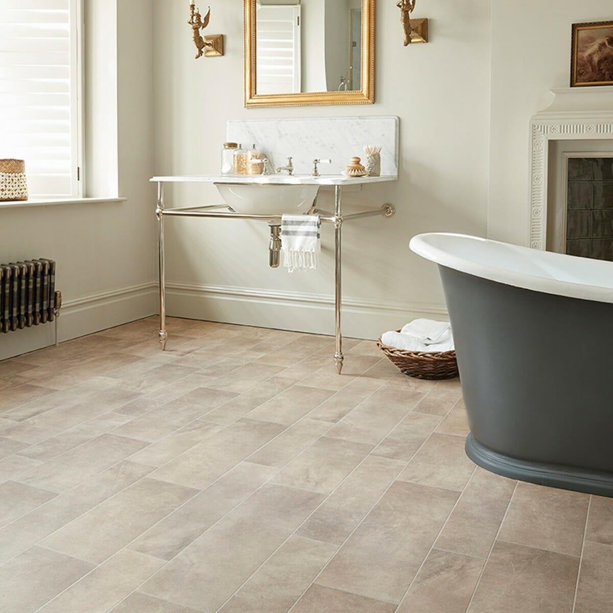 hình ảnh phòng tắm với sàn lát nhựa Vinyl, bồn tắm màu đen, khung gương treo tường