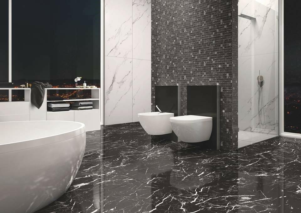 hình ảnh phòng tắm với sàn lát đá tự nhiên màu đen vân trắng, bồn tắm màu trắng sứ