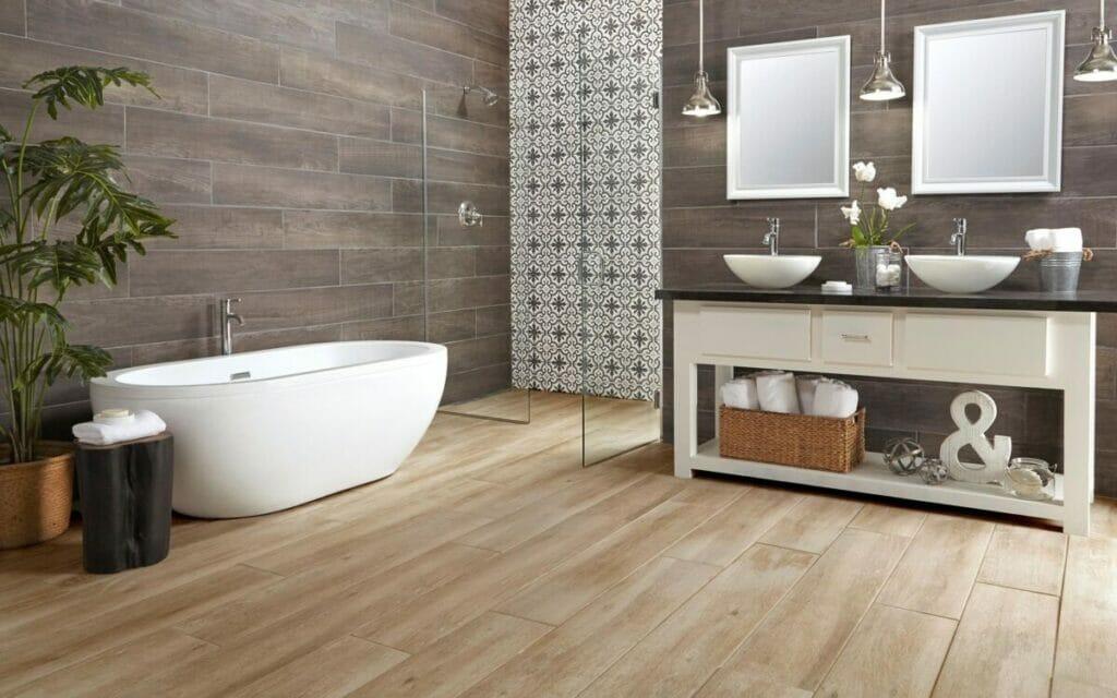 hình ảnh phòng tắm với sàn và tường ốp lát gỗ công nghiệp, bồn tắm màu trắng sứ