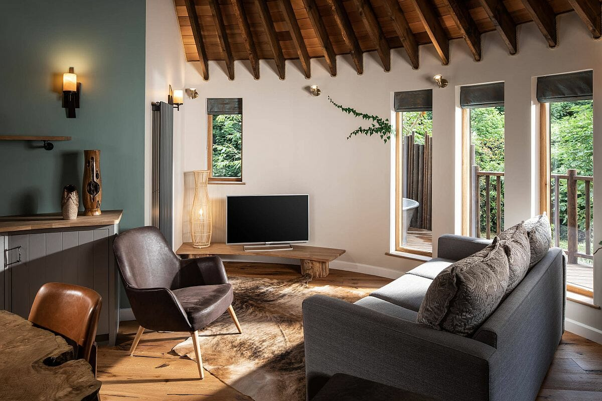 Kết hợp liền mạch phong cách lấy cảm hứng từ cabin cổ điển với tông màu trắng và gỗ hiện đại tạo nên sức hấp dẫn khó cưỡng cho phòng khách này.