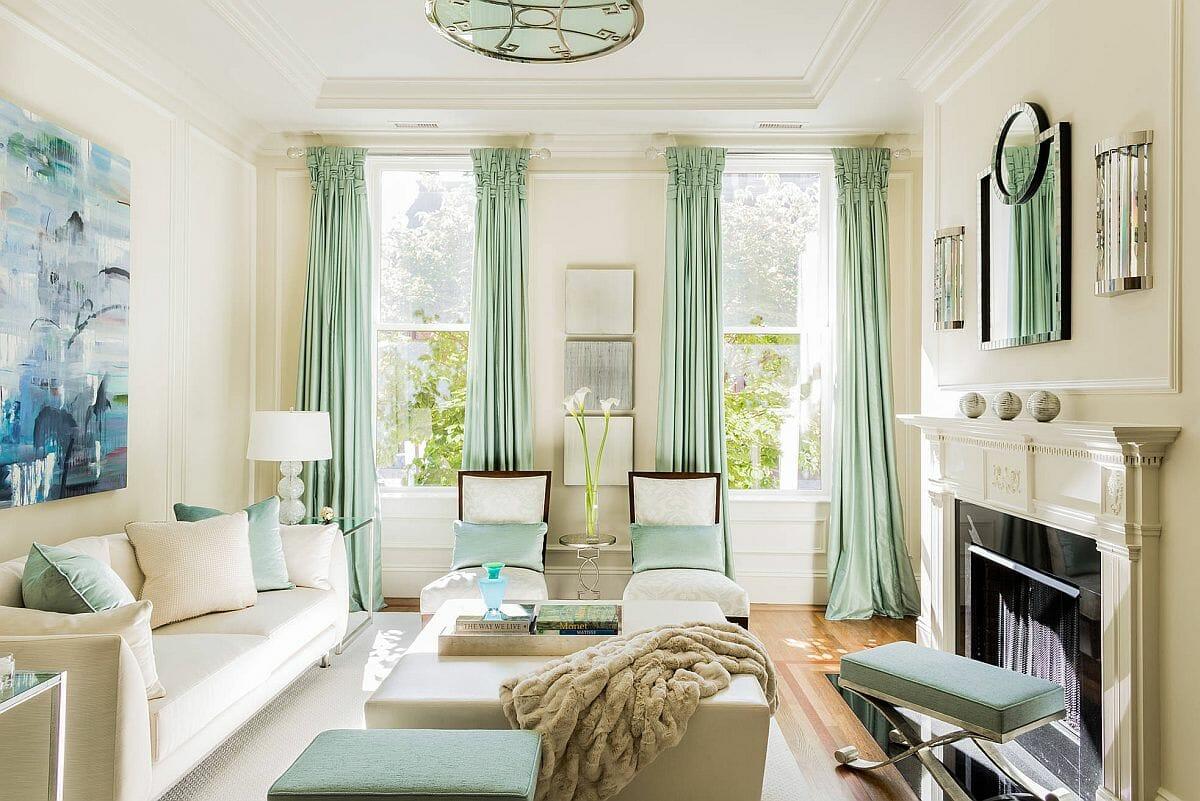 Rèm và gối màu pastel tạo thêm màu sắc nhẹ nhàng cho phòng khách hiện đại.
