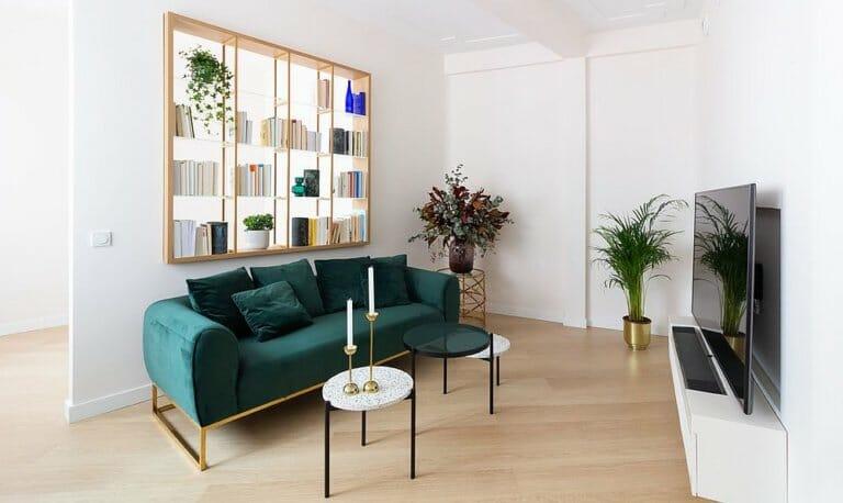 hình ảnh phòng khách với sofa màu xanh ngọc, giá sách độc đáo