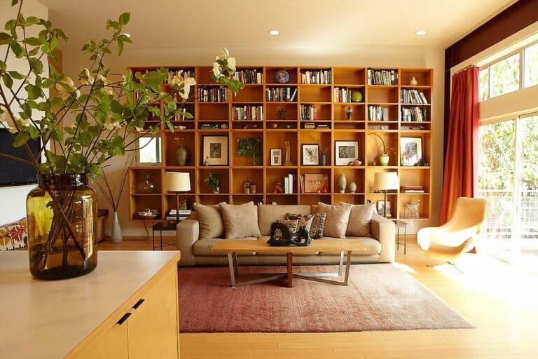 hình ảnh phòng khách với giá sách bằng gỗ lớn