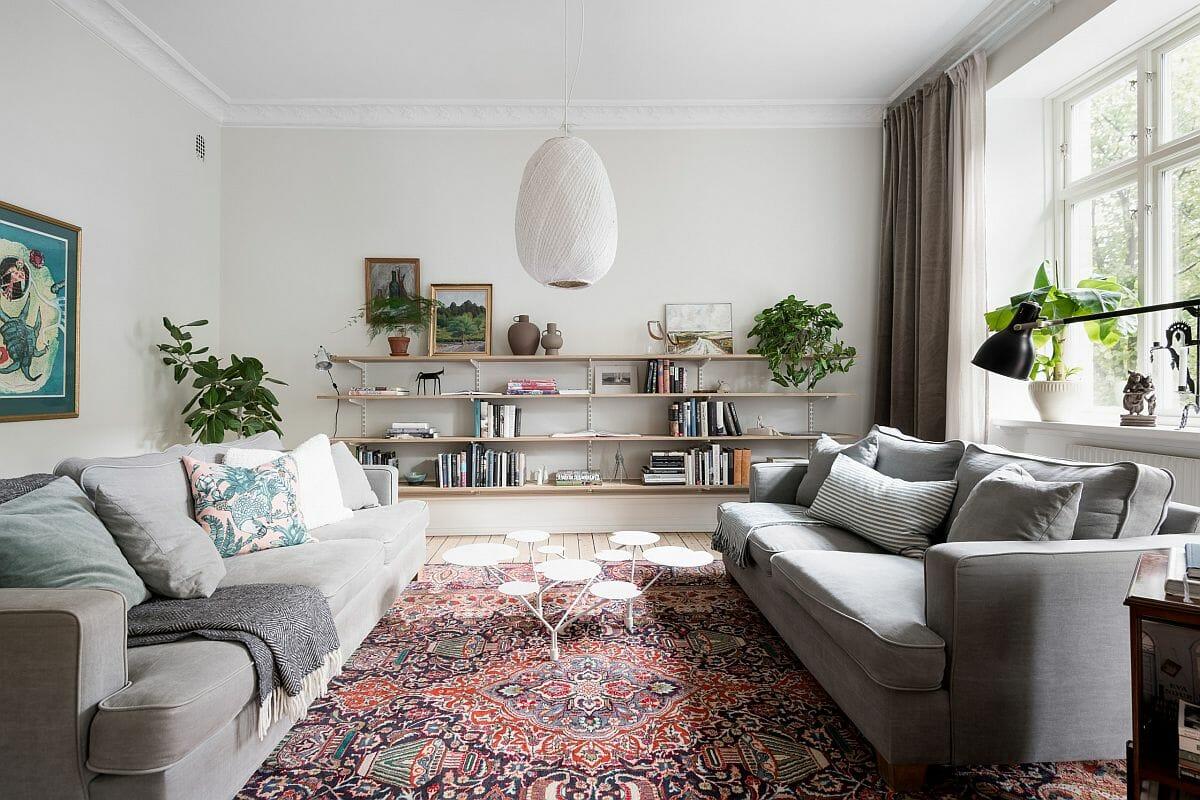 Phòng khách phong cách Scandinavian hiện đại cực hút mắt với tấm thảm trải sàn dệt thổ cẩm, tông màu ấm áp.