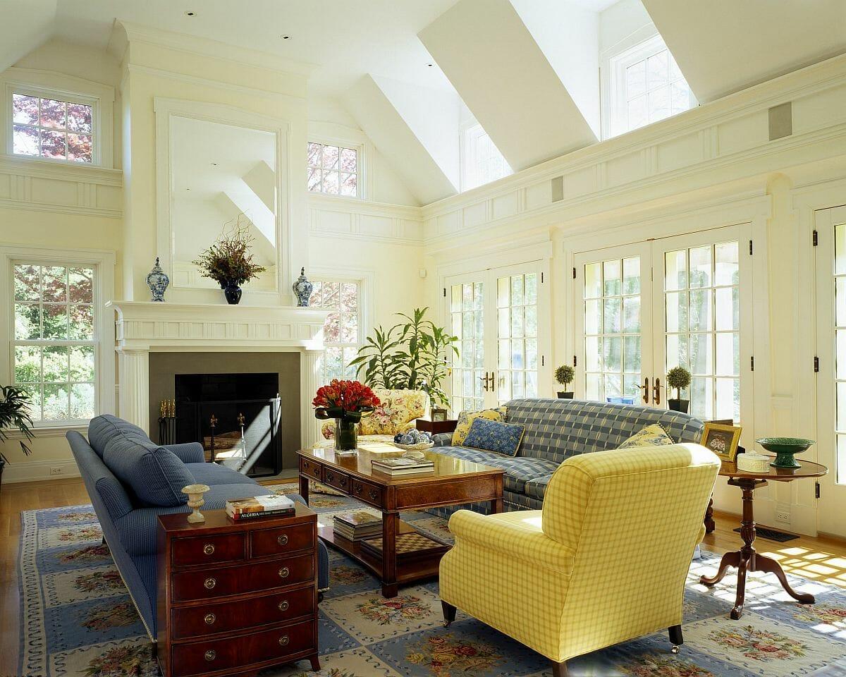 Cửa sổ thông tầng và cửa sổ lớn mang lại nhiều ánh sáng tự nhiên cho phòng khách này.
