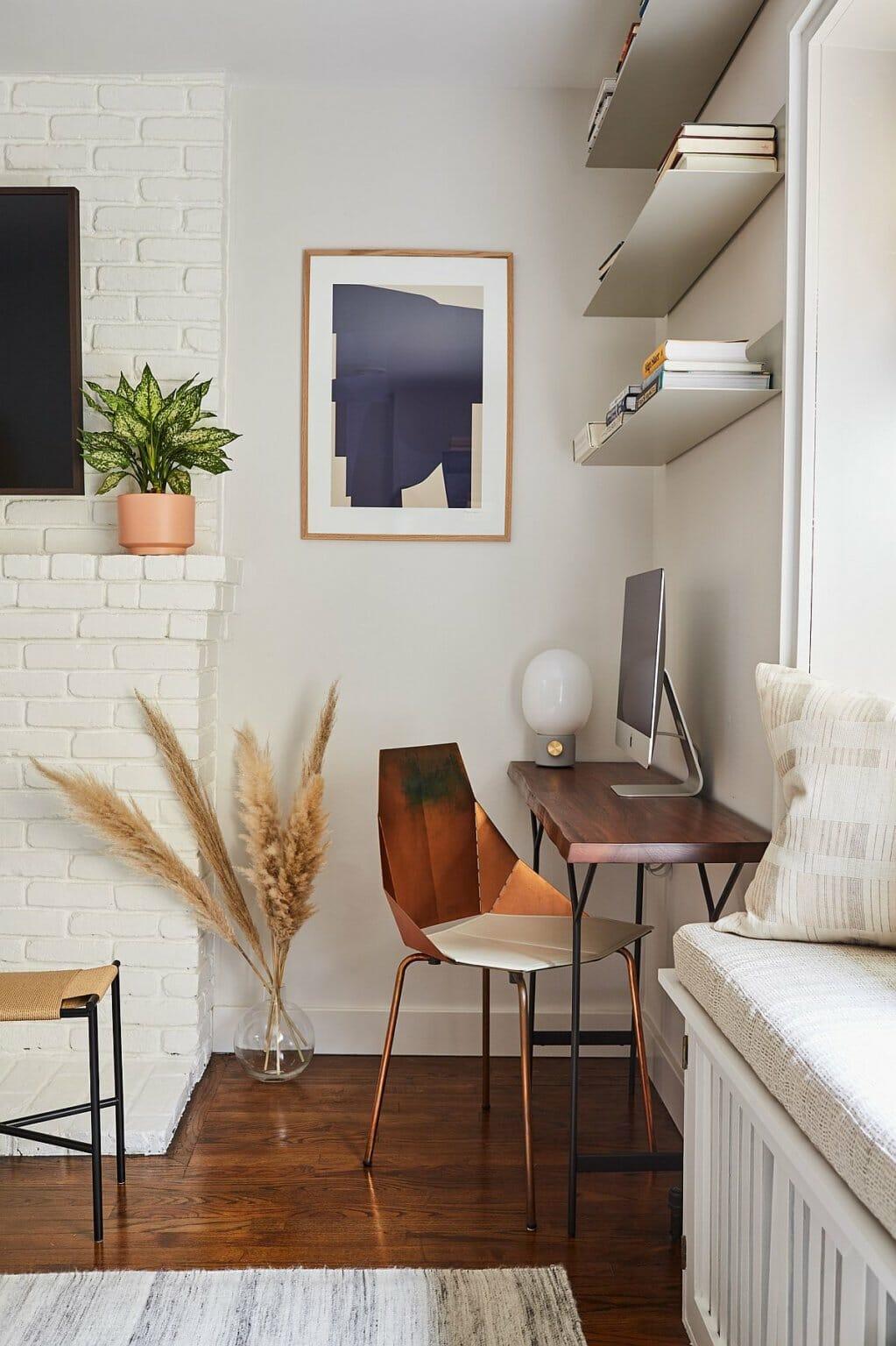 Ba kệ nổi và bàn làm việc biến góc nhỏ trong phòng ngủ thành không gian làm việc tại nhà ấm ấm, tiện nghi.
