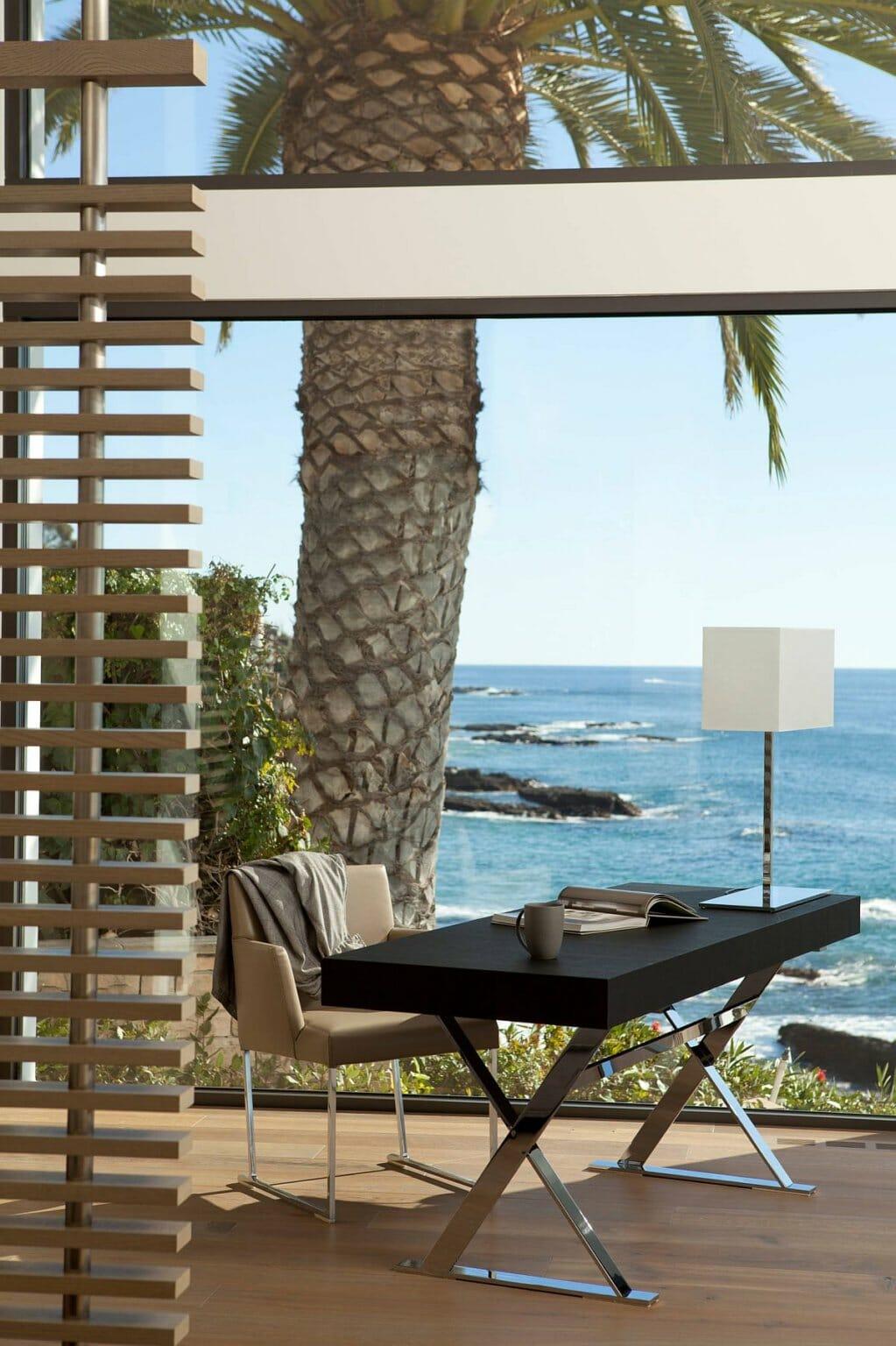 Văn phòng tại nhà với tầm nhìn ngoạn mục ra đại dương thu hút sự chú ý.