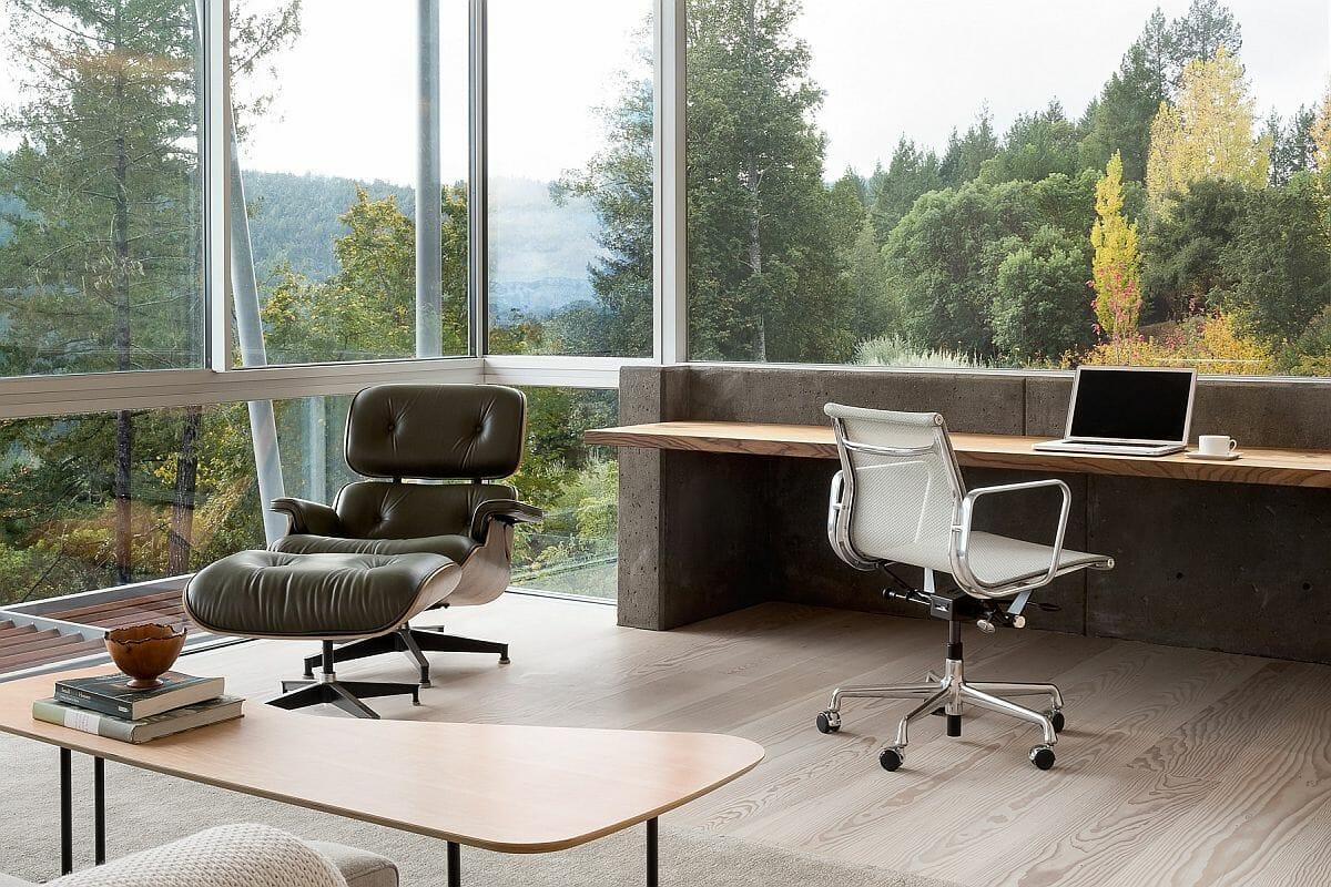 Những bức tường kính trong suốt từ trần đến sàn và cửa sổ lớn cung cấp tầm nhìn ngoạn mục cho không gian làm việc ở nhà.