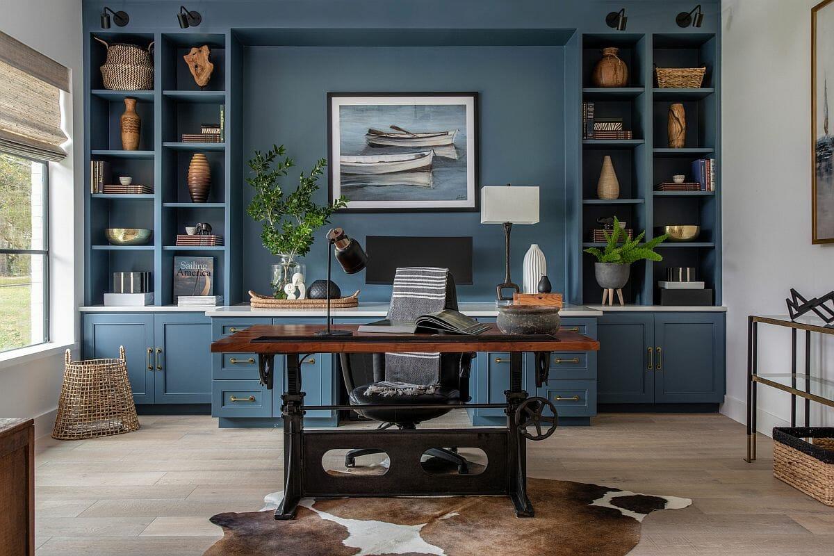 hình ảnh phòng làm việc tại nhà với bàn gỗ, tủ kệ phía sau màu xanh lam đậm