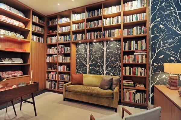 Văn phòng tại gia với hàng loạt sách kết hợp cùng giấy dán tường tạo ra phông nền  hoàn hảo đẹp như tranh vẽ.