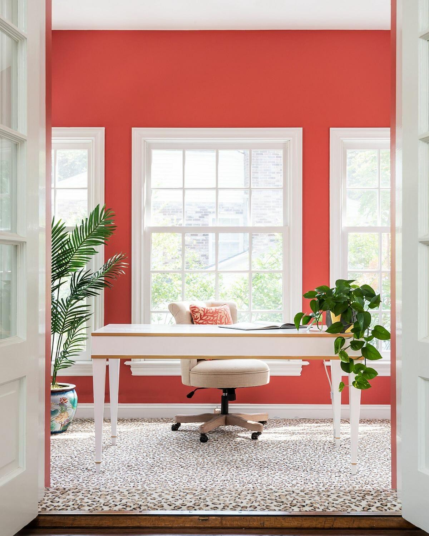 Sắc trắng - đỏ chủ đạo kết hợp ăn ý tạo nên tính thẩm mỹ tổng thể cực bắt mắt cho văn phòng tại nhà này.