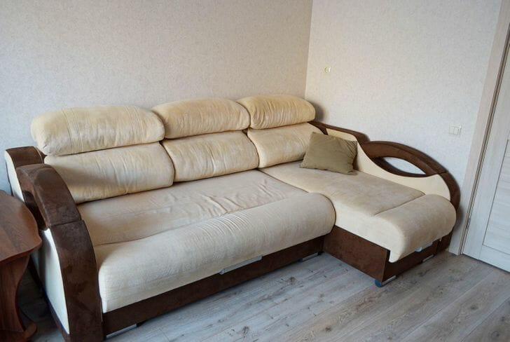 hình ảnh cận cảnh sofa chữ L khung gỗ bọc nệm trắng êm ái