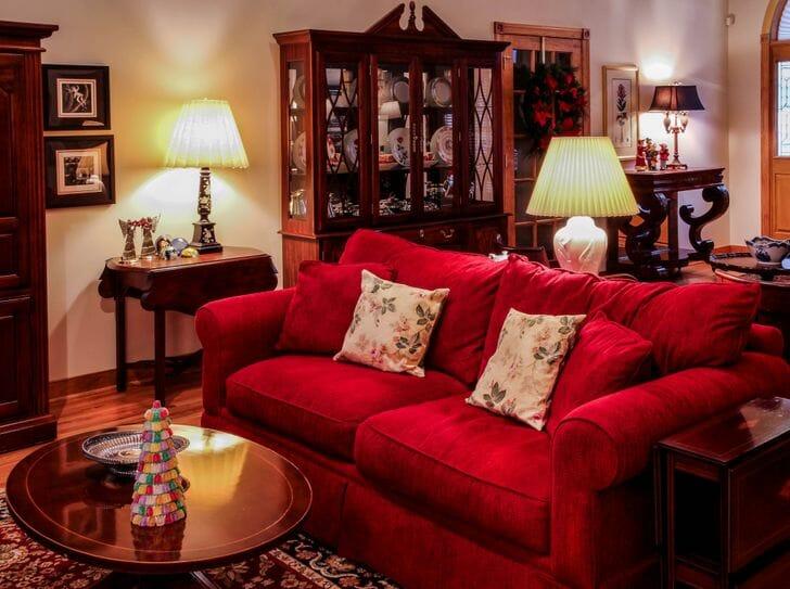 hình ảnh phòng khách với ghế sofa màu đỏ tươi nổi bật