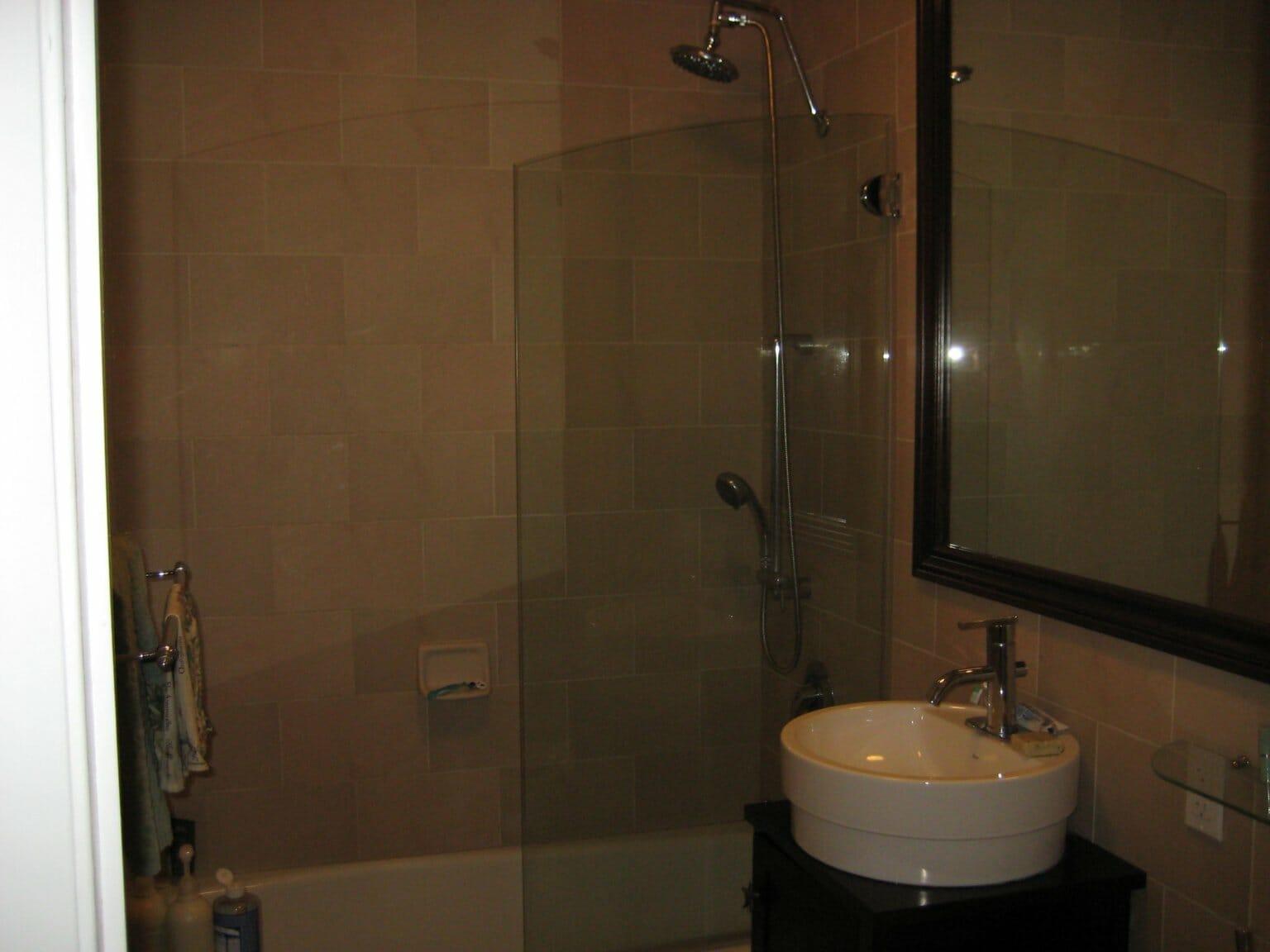 Phòng tắm không nhận được ánh sáng tự nhiên trông tối tăm, cũ kỹ và thiếu sức sống.