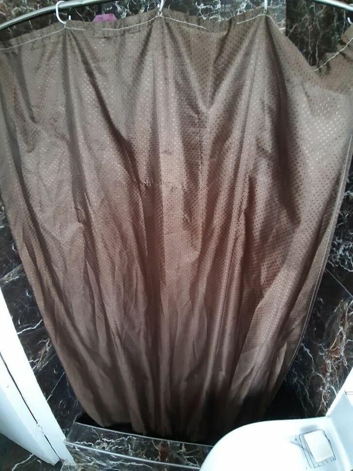 hình ảnh cận cảnh rèm cửa phòng tắm màu xám đen cũ kỹ