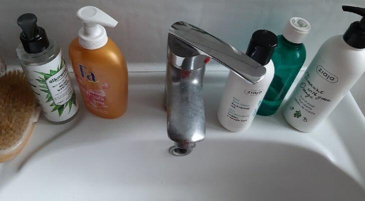 hình ảnh cận cảnh các loại chai lọ sữa tám đặt xung quanh bồn rửa mặt