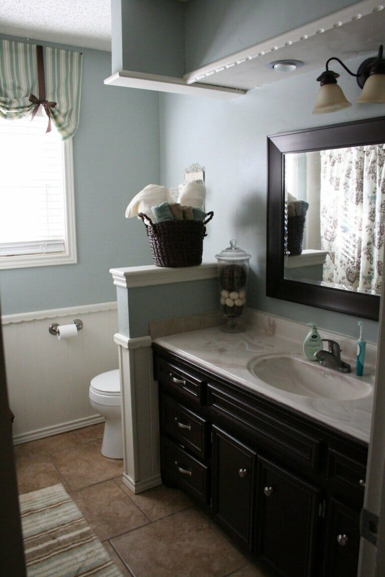 Phòng tắm với các phụ kiện tối màu khiến căn phòng trông u tối, ảm đạm.