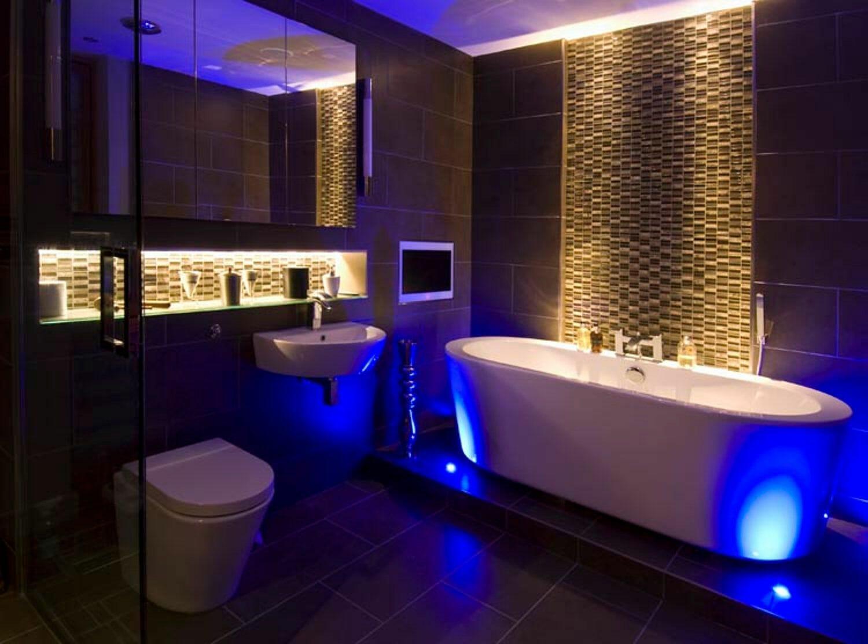 Phòng tắm mô phỏng ánh sáng tự nhiên với bóng đèn nhân tạo.